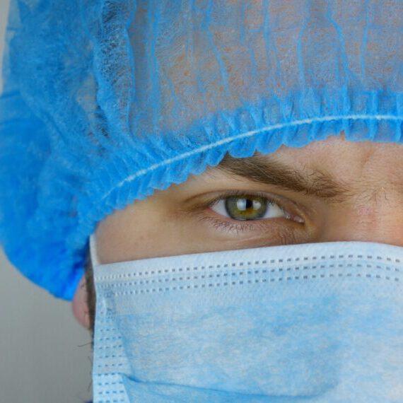 Chirurg in der Nahaufnahme mit Mundschutz.